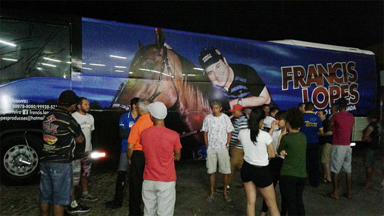Ônibus do cantor Francis Lopes é alvejado com tiros em tentativa de assalto na PI 143