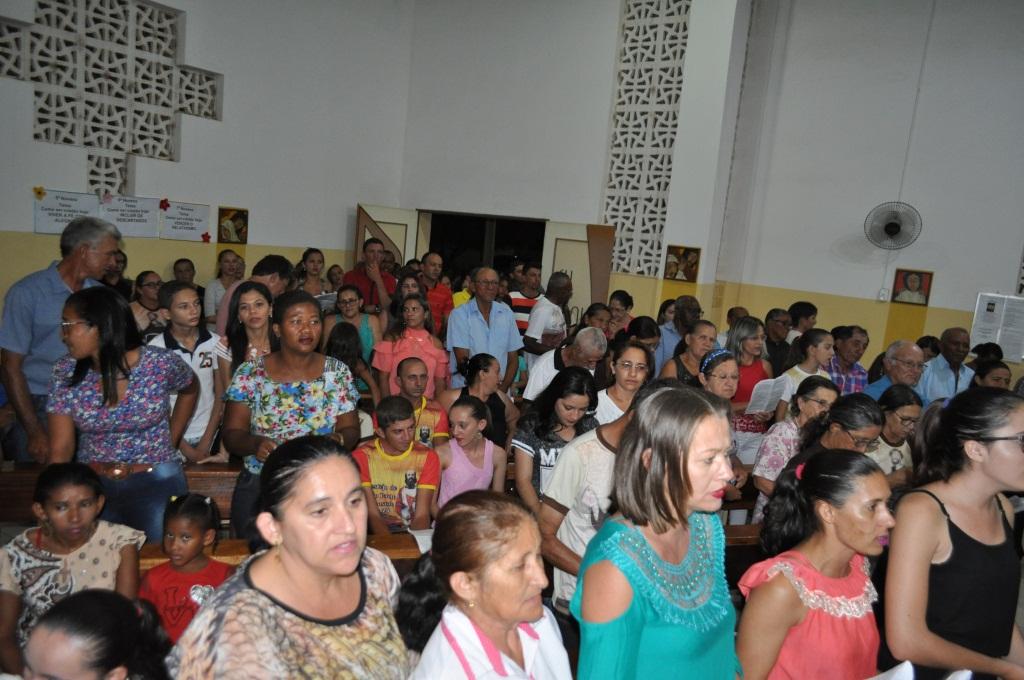 Fiéis lotam igreja em São Francisco de Assis do Piauí no novenário do padroeiro