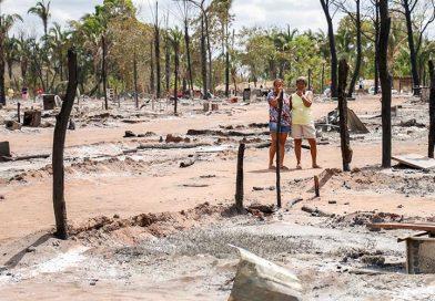 Famílias desabrigadas por incêndio estão em galpão e precisam de ajuda