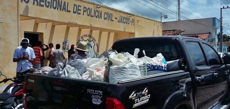 Populares são conduzidos à Delegacia por levarem milho após acidente em Jaicós