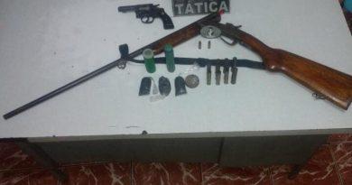 Após denúncia de maus tratos, Força Tática prende homem com duas armas de fogo em Caridade do PI