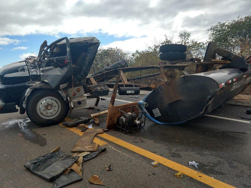 Caminhão pipa tomba entre Jaicós e Patos e motorista fica ferido. Veja fotos!