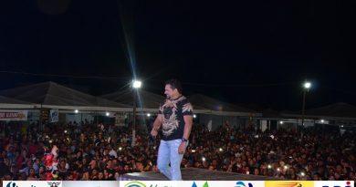 Confira I fotos do show de Zezo na OvinoCaprishow em Jacobina do Piauí