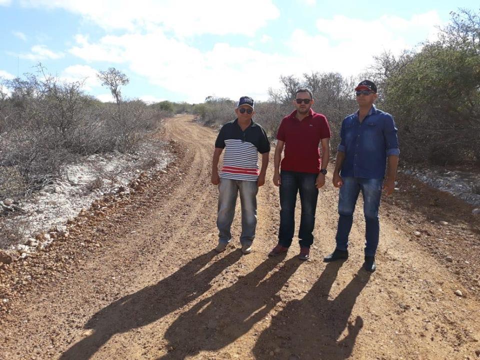 Prefeito atende a reivindicação antiga e melhora estrada na zona rural de Lagoa do Barro