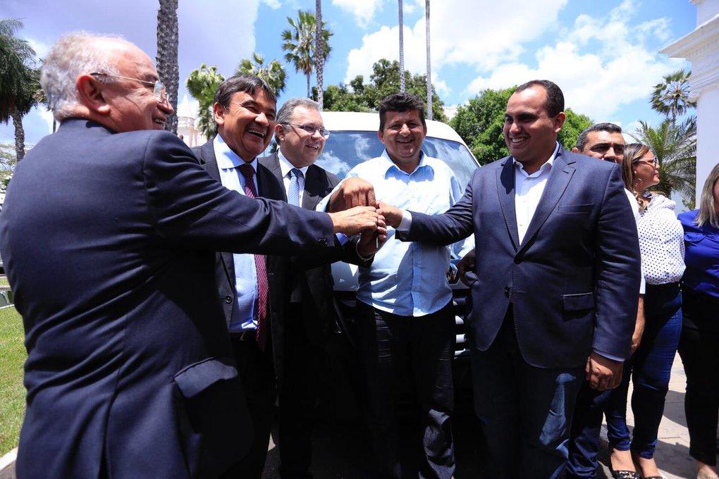 Acauã, Caridade e Conceição do Canindé recebem vans para a saúde dos municípios