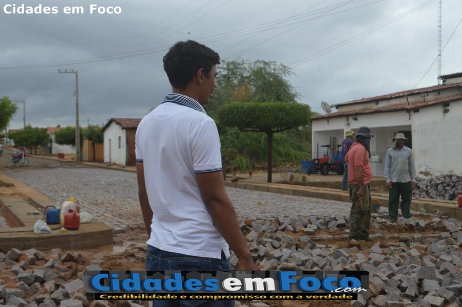 """Prefeito de Curral Novo acompanha obra de pavimentação e diz """"Mais ruas serão calçadas"""""""