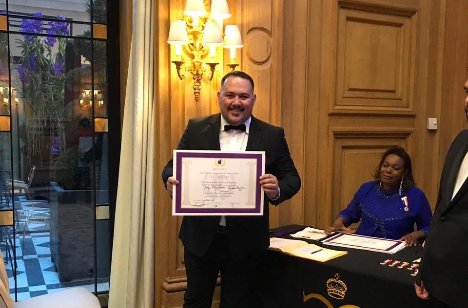 Santa-cruzense recebe título de embaixador da Divina Academia Francesa