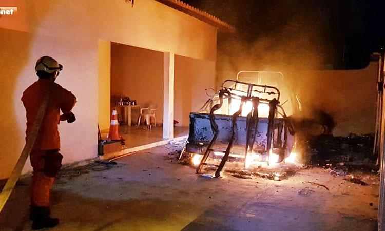 Carro da Equatorial Energia incendeia na garagem de residência em Jaicós