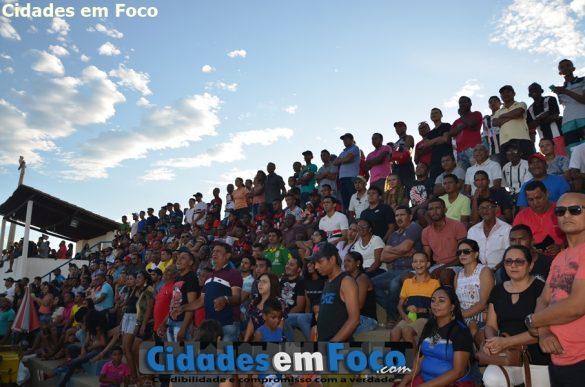 Grande público lota estádio para assistir a grande final