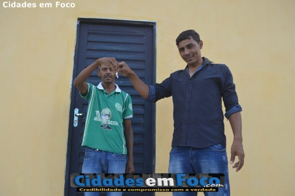 José Roque dos Santos, de 45 anos, recebe chave da casa própria do prefeito Junior de Abel