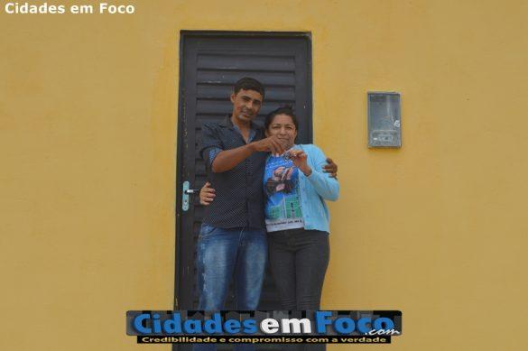 Marly do Nascimento, de 45 anos, recebendo a chave de sua casa própria do prefeito Junior de Abel.