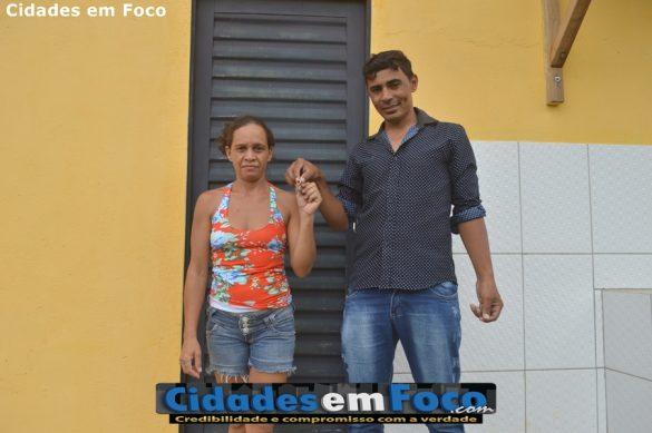 Prefeito Junior de Abel entrega chave de casa nova a moradores em Curral Novo do Piauí