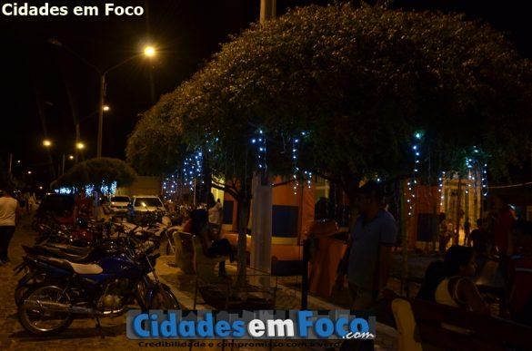 Iluminação natalina foi instalada na Praça da cidade para a chegada do Natal e Ano Novo