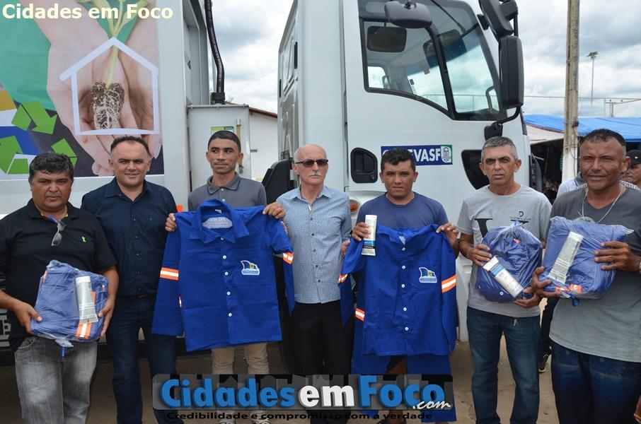 Prefeito entrega caminhão de lixo; vai construir mais de 20 banheiros e praça em Queimada Nova