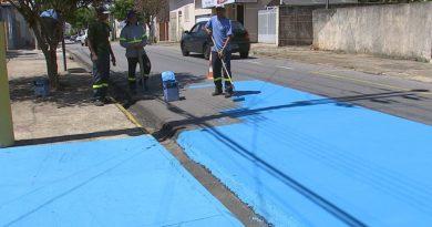 Ruas são pintadas de azul para diminuir o calor no interior de SP
