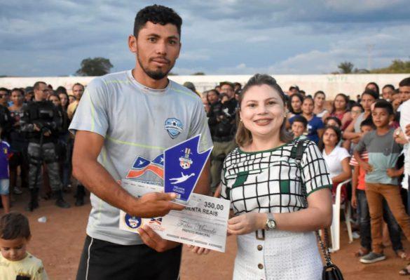 Primeira dama de Betânia entrega premiação