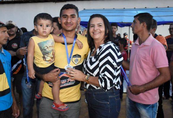 Vice-prefeita de Betânia entrega premiação
